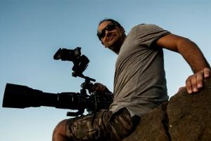 Video maker della troupe che sorride