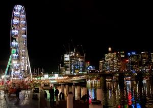 Scatto di città notturna in riva con luci