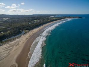 Paesaggio marino con costa sabbiosa e boschi