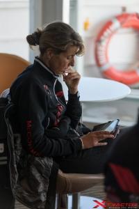 Donna della troupe che consulta iPad
