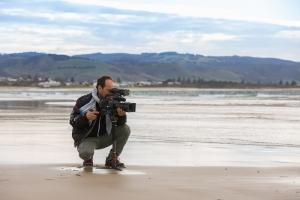 Video maker della troupe che riprende il mare