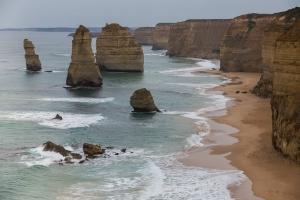 Riva del mare con rocce, dall'alto