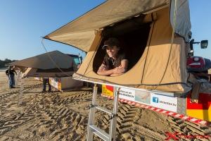 Ragazza della troupe nella tenda