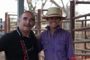 Uomo della troupe con cowgirl