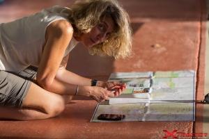Donna della troupe che legge una cartina