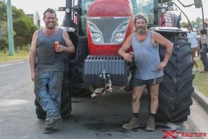 Lavoratori in pausa davanti al trattore