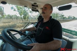 Trattorista della troupe che guida un trattore