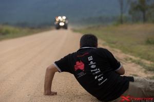 Fotografo della troupe che riprende un trattore