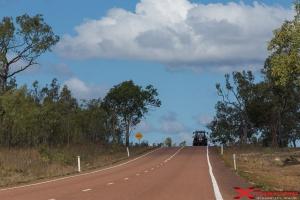 Paesaggio con trattore, natura e cielo